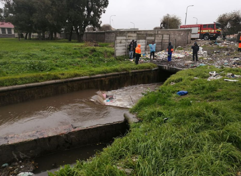 8-year-old girl and man who attempted to rescue her disappear in canal