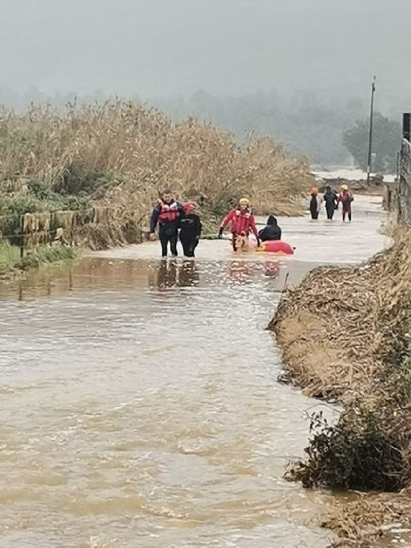Farmers assisted across the flooded Sonderend River