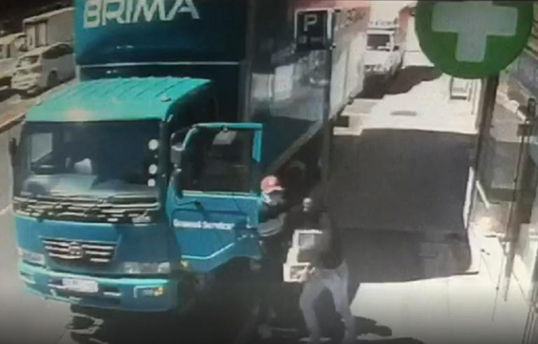 Video: Gunmen hijack delivery of USB drive containing sensitive information outside DA Cape Town offices